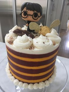 Three different candy bar fillings between vanilla cake for the kids Christmas theme. Harry Potter Desserts, Bolo Harry Potter, Harry Potter Treats, Gateau Harry Potter, Harry Potter Birthday Cake, Harry Potter Food, Spongebob Birthday Party, Cake Birthday, First Communion Cakes