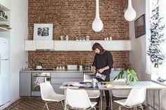 """Una casa chorizo reformada para brillar """"Ganando algo de espacio al estudio, empotramos la heladera. Algo sencillo, pero que hace que todo se vea muy lineal"""". / Daniel Karp"""