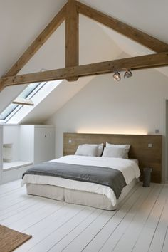 Slaapkamer inspiratie & wit en hout combineert mooi voor een rustige slaapkamer Source by PixelateNY The post in Peer & Flow Magazine NL appeared first on Sweeney Cabinets. Attic Bedroom Designs, Bed, Attic Bedroom, Bedroom Loft, Stylish Loft, Loft Spaces, Small Bedroom, Home Bedroom, Loft Conversion Beams