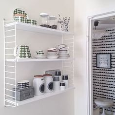 stringhylla kök - Sök på Google Scandinavian Shelves, Scandinavian Style, String Pocket, String Shelf, Kitchen Dinning, White Walls, Bathroom Medicine Cabinet, Floating Shelves, Shelving