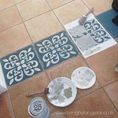 Old Door Painting Annie Sloan 19 Ideas Painting Tile Floors, Painted Floors, Stencil Painting, Ceramic Painting, Tiled Floors, Paint Stencils, Annie Sloan Chalk Paint Aubusson Blue, Stenciled Tile Floor, Floor Stencil