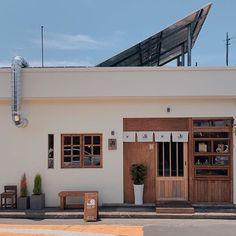 • THE_K 울산,상업공간의 얼굴 시선을 사로잡다! 파사드 디자인 : 네이버 블로그 Interior Room Decoration, Cafe Interior Design, Interior Architecture, Wood Cafe, Cozy Restaurant, Shop Facade, Vintage Cafe, Box Houses, Cafe Shop