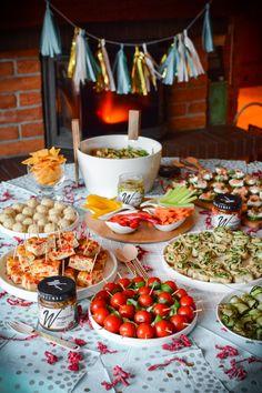 Przekąski i przystawki na Sylwestra oraz karnawał to wcale nie prosta sprawa. Tak samo jak z jedzeniem na parapetówkę, imieniny w pracy czy np. wieczór panieński / kawalerski. Czasu na przygotowanie nigdy nie ma zbyt wiele, a musimy zadowolić różne... Chocolate Strawberry Desserts, Dessert Kabobs, Vegan Recepies, Polish Recipes, Home Trends, Finger Foods, Food And Drink, Appetizers, Cooking Recipes