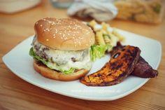 Blue-Cheese-Burger: Frisch gegrillt mit Süßkartoffelbeilage