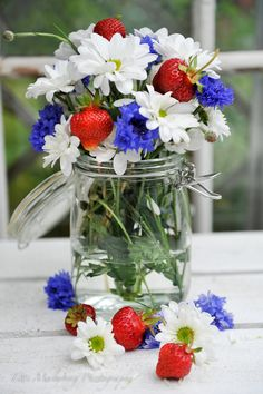 FLOWERS by titti & ingrid - Glad midsommar vänner! Fresh Flowers, Blue Flowers, Beautiful Flowers, Flowers Vase, Flower Bouquets, Red Cottage, Blue Garden, Red White Blue, Color Themes