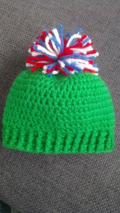 Gehaakt groen babymutsje met rood/wit/blauwe pompon (crocheted green baby beanie with red/white/blue pompon)
