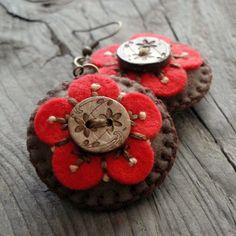 My work :)... náušnice Lehounké náušnice z filcu, vyšívané bavlnkama, zdobené dřevěným knoflíčkem.
