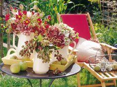 Egal ob Hortensien mit Brombeerzweigen, Rosen mit Glockenblumen, Zinnien in Kombination mit Schmucklilien, oder Mohnblumen gepaart mit Fingerhut - Sommerblumen machen gute Laune und Lust auf einen Sommernachmittag im Freien.