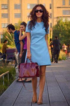 Платье-трапеция является одним из самых ярких представителей 60-х, которые сейчас актуальны. Кто придумал и какие фасоны существуют? Какие тенденции в моде? Новинки 2018 года.