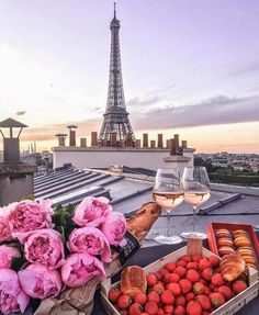 Parisian nights ✨ Montmartre Paris, Paris Paris, Wanderlust Travel, Places To Travel, Travel Destinations, Travel Tips, Torre Eiffel Paris, Dinner In Paris, Road Trip Adventure