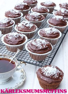 Kärleksmumsmuffins | Tidningen Hembakat No Bake Desserts, Delicious Desserts, Yummy Food, Christmas Sweets, Christmas Baking, Grandma Cookies, Cake Bites, Chocolate Sweets, Swedish Recipes