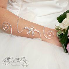 Grand bracelet de bras mariage Douce pensée, à placer sur l'avant-bras, en remplacement des gants de mariage. Bracelet manche, long bracelet original.