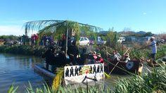 """Participantes de la Baixà del riu Bullent 2013.  """"The black monitors"""", premio al mejor disfraz."""