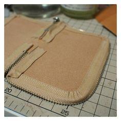 ファスナー かどはよせてよせて(σ・ω・)σ #ハンドメイド#レザークラフト#手縫い#革#レザー # ファスナー#leathercraft#leatherwork #handmade#leather#japan