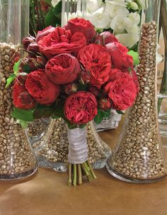 Bouquet con rosas inglesas en color rojo.  www.llorensyduran.eu/blog-decoracion-floral/articulos/una-boda-en-el-campo/