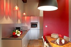 Une cuisine au design moderne se veut pratique dans son agencement et épurée par ses lignes, sans pour autant faire l'impasse sur une ambiance chaleureuse et conviviale, avec des matériaux naturels comme le bois. La preuve avec 12 cuisines contemporaines.