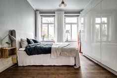 Sweden is the absolute hub of the Scandinavian interior. Favouring minimalism, this Stockholm apartment is decked out in shades of dove grey. Stockholm Apartment, Scandinavian Interior, Decoration, House Tours, Minimalism, Bedroom Decor, Design Inspiration, Classic, Furniture