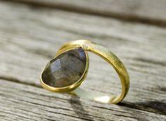 Edelsteinring - gemstonering - Edelstein Ring - gemstone ring Wunderschöner Labradoritring  Ein sehr außergewöhnlicher tropfenförmiger Labradorit gefasst in eine gebürstete, vergoldete Silberfassung. Ein ganz besonderer Ring der ins Auge fällt!