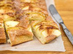 Tämä omenapiirakka valmistuu kätevästi pellille. Tarjoa omenapiirakan seuraksi vaniljajäätelöä tai vanilja- tai kermavaahtoa. I Love Food, Good Food, Sweet Pastries, Sweet Pie, Dessert Recipes, Desserts, Something Sweet, Let Them Eat Cake, Sweet Recipes