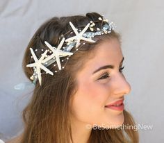 Questa corona di capelli ha tre piccole stelle marine al lato e un grazioso spruzzi di piccole perle. Mi sono ferita nastro di organza blu