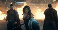 """Ya hace varios días Marvel reveló el primer trailer de """"Captain America: Civil War"""", y más recientemente Warner/DC respondió con una nueva muestra más de lo que está preparando con el filme de """"Batman v. Superman: Dawn of Justice"""", en el que podemos contemplar más del épico encuentro entre Batman y Superman, una aparición más clara de Wonder Woman y a un Doomsday diferente. El filme llegará a los cines en unos meses, el próximo 25 de Marzo del 2016."""