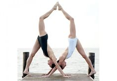 Yoga poses offer numerous benefits to anyone who performs them. There are basic yoga poses and more advanced yoga poses. Here are four advanced yoga poses to get you moving. Acro Yoga Poses, Yoga Poses For Two, Partner Yoga Poses, Basic Yoga Poses, Yoga Poses For Beginners, Couple Yoga, 2 Personen Stunts, Photo Yoga, Yoga Sport