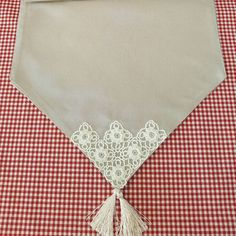 Tablerunners burlap with lace Magazine Crafts, Linen Bedroom, Tablerunners, My Memory, Burlap, Diy Crafts, Memories, Quilts, Embroidery