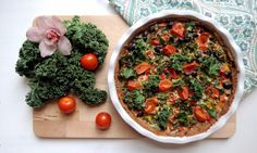 Pai med grønnkål, fetaost, oliven, chili, koriander og bunn av quinoamel.