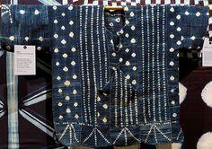 Mali – Ethnie Dogon – Tunique d'homme Assemblage de bandes de coton filé et tissé localement Motifs en réserve, « ballons » noués et « tresses » cousues avant la teinture