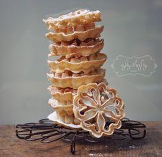 {Rozet wafels}....van mijn lief oma , zo lekker en zo makkelijk om zelf te maken....... 1 1/2 kopjes melk 375ml {} 2 kopjes bloem {250g} 1-3 eieren Recept voor 50–55 waffles 1 snufje zout  koolzaadolie  poedersuiker