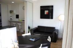 Appartement meublé entièrement équipé.  Situé à l'angle du bd Victor Hugo et de la rue Jeanne D'arc à proximité immédiate de tous commerces.  Au 1er étage d'un petit immeuble sécurisé (interphone + Digicode), l'appartement est composé d'une entrée, d'un salon avec cuisine ouverte et d'une chambre Indépendante (lit 160 ou jumeau) lit fait à l'arrivée et linge de maison fourni.