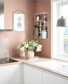 The gorgeous kitchen corner of 👈🏻 Large Cooee Ball vase in dusty pink available online 💕 . Pink Kitchen Walls, Kitchen Dinning Room, Kitchen Family Rooms, Kitchen Corner, Kitchen Living, Kitchen Decor, Kitchen Design, Pink Dining Rooms, Dining Room Walls