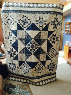 Beautiful center star surrounded by 12 sampler blocks. Love ghe layout.