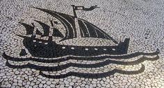 Caravela portuguesa na base do monumento a Pedro Álvares Cabral