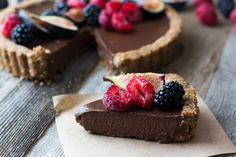 Easy and delicious vegan chocolate tart, with only a few ingredients and super creamy