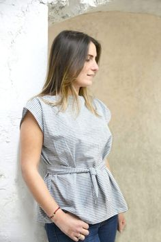 Un top facile en chambray Ein einfaches Chambray-Top - Les Coupons de Saint Pierre Modeling Paste, Diy Tops, Christmas Wreaths To Make, Chambray Top, Couture Tops, African Fashion, Work Wear, Lady, How To Wear