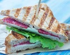 club sandwich au brie et salami : http://www.cuisineaz.com/recettes/club-sandwich-au-brie-et-salami-83381.aspx