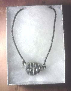 Collar de cuero con piedra (km 40) y metal alrededor