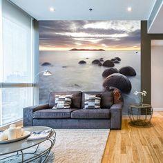 Interior decorado con Fotomural Standard MTB MOREAKI BOULDERS 170, imagen de rocas Moreaki, grandes rocas de forma esférica y de diferente tamaño, sobre un turbio mar y un increíble fondo de amanecer.