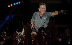 Bruce Springsteen surpreendeu o público ao caminhar pelo corredor que separa os dois lados da plateia e escalar as grades de proteção.