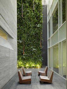 Marcado por espaços abertos, pela transparência e pelo concreto, o prédio é o primeiro projeto construído de Richard Meier na América do Sul