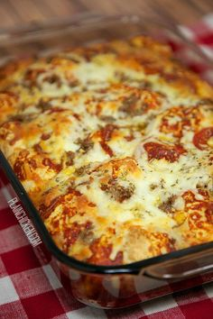 Quick Pizza Casserole Recipe - bisquick, pizza sauce, cheese, pepperoni, sausage - takes minutes to mix together - ready in 30 minutes! Great change to pizza night! Would this work with GF bisquick I wonder? Pizza Recipes, Beef Recipes, Cooking Recipes, Dog Recipes, Chicken Recipes, Potato Recipes, Jamaican Recipes, Hamburger Recipes, Family Recipes