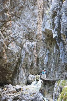 De hoogste koudwatergeiser ter wereld, de rotsformaties van de 12 apostelen en de spectaculaire kloof Breitachklamm... 20 wonderen der natuur in Duitsland. Easy Jet, Wanderlust, Solo Travel, Trip Planning, Places To See, Mount Rushmore, Travel Photography, Scenery, Germany