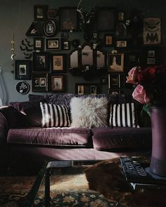 Gothic Room, Victorian Bedroom, Gothic House, Gothic Living Rooms, Victorian Gothic Decor, Gothic Bedroom Decor, Dark Living Rooms, Dark Home Decor, Goth Home Decor