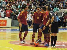 Adri, Miguelín, Álex y José Ruiz preparan falta para España. @SeFutbol España-Grecia. Homenaje a Kike Boned. Ginés Rubio @grl48
