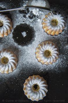Ciambelline alla ricotta e profumo di limone. 200 g di farina 00 160 g di zucchero 2 uova 180 g di ricotta 1 limone biologico, la scorza 1/2 bustina di lievito vanigliato per dolci