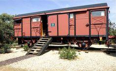 Αγόρασαν παλιά βαγόνια τρένου και τα μετέτρεψαν σε μικρά σπιτάκια - CASAS IDEAS