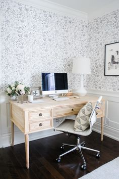 Chic - desk - lighting - lamp - bedroom inspiration home office design, workspace design Decor, Home Office Desks, Room, Interior, Chic Desk, Decor Inspiration, Home Decor, Home Office Design, Office Design
