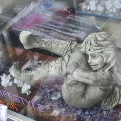 Elfe Faith, Gartenfigur von Fiona Jane Scott bei www.duftoase.ch - Cleopatra's Duft-Oase Garden Sculpture, Lion Sculpture, Business Help, Horror, Statue, Film, English Artists, Movie, Films