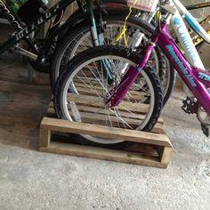 Diy pallet projects - pallet bike rack - bike rack from a pallet # Range furniture Pallet Bike Racks, Diy Bike Rack, Bicycle Rack, Bike Stand Diy, Bike Parking Rack, Bicycle Stand, Rack Velo, Palette Diy, Bike Shed